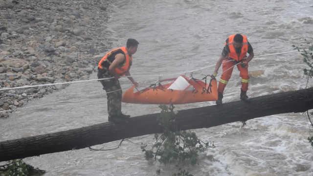 北京暴雨:怀柔消防员独木桥运物资