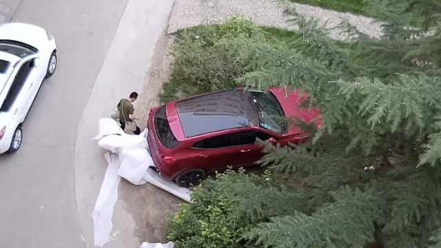 他掰车牌扎轮胎,阻止业主草坪停车