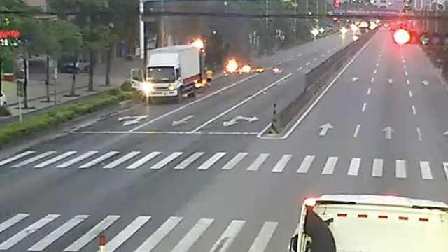 快递车路上冒烟起火,司机浑然不觉