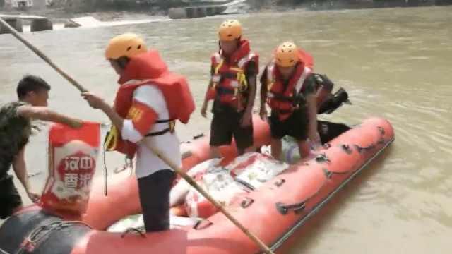 桥被毁2千人困孤岛,消防橡皮艇送粮
