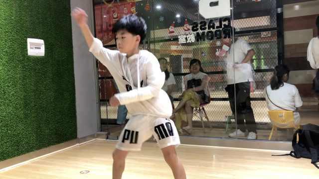 8岁男孩打石膏练舞:为梦想不算累