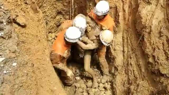 他洗水井遇坍塌被埋,消防手刨3小时