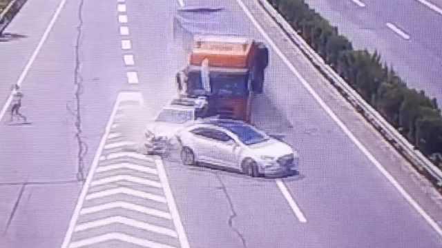 2车高速刮擦未撤离,被货车撞出护栏