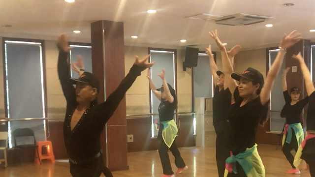 学生进社区教跳舞:老人像孩子,要哄