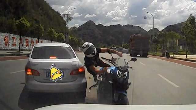 小车双黄线掉头,致对向摩托连撞3车