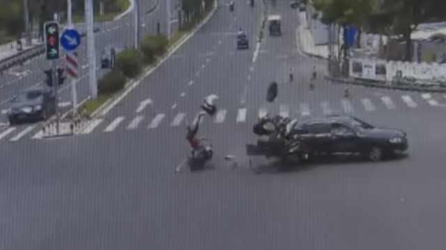 2辆摩托车超速闯红灯,同时撞小车