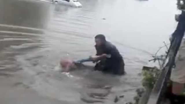 拾荒老人捡瓶子落水,他秒跳河救人