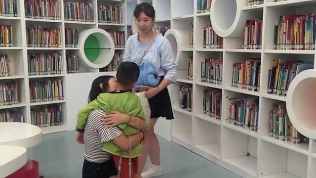 一脸宠爱!00后姐姐带弟弟逛图书馆