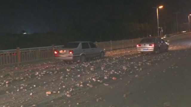 路面现大量石块,多车爆胎骑手摔倒