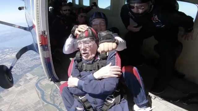 100岁老人跳伞庆祝生日:明年还跳