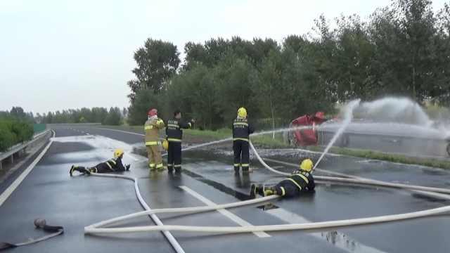 28吨油罐车泄漏,消防趴地喷水降温
