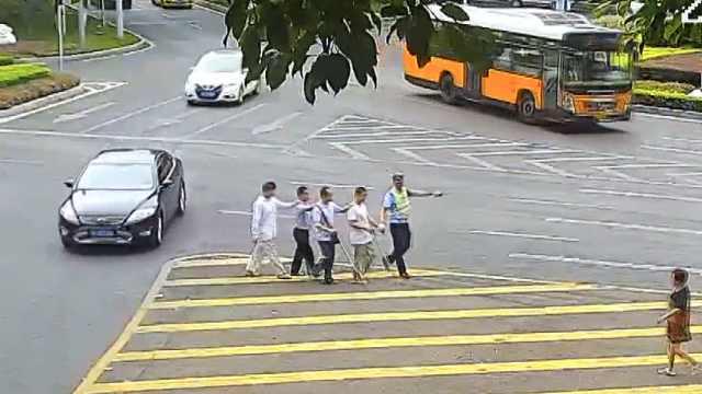 4盲人误入车流,民警手拉手护送