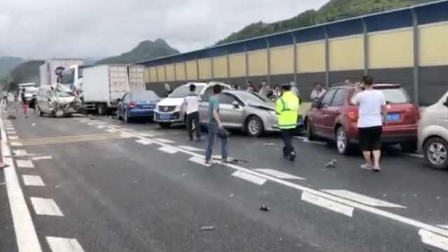 沪昆高速10余车连环相撞,旅客滞留