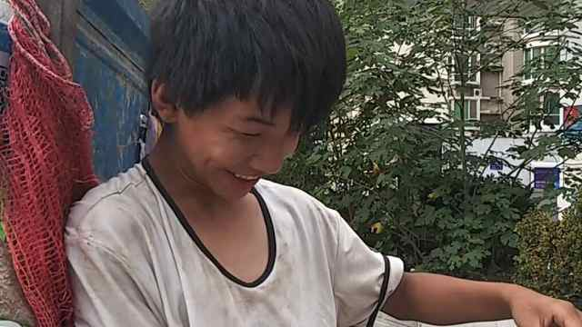 15岁男孩帮父进城卖瓜:累了睡地上