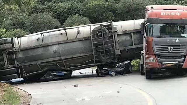 广东一槽罐车侧翻压扁两车,9死2伤