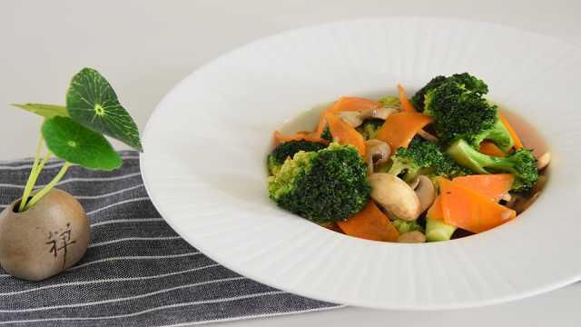 色彩缤纷的西兰花胡萝卜炒蘑菇