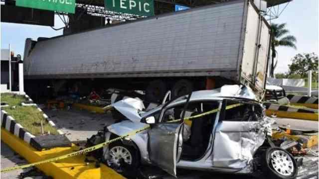 货车刹车失灵撞收费站,收费员死亡
