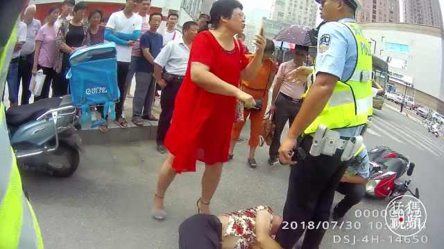 郑州夫妻骑电动车被查  撒泼骂交警
