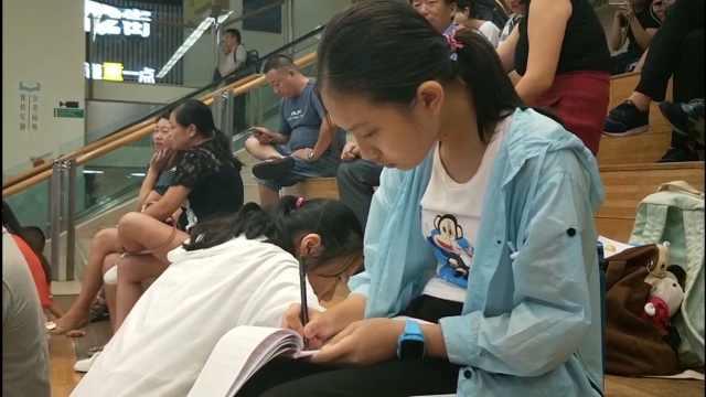 她带妹妹写作业:读书好就是在赚钱