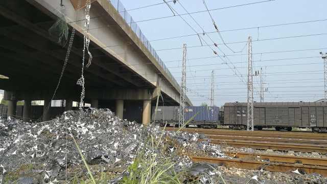杭州一高速货车侧翻,铁块砸落铁轨