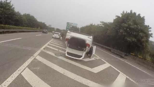 车祸第一视角!前车变道致后车侧翻