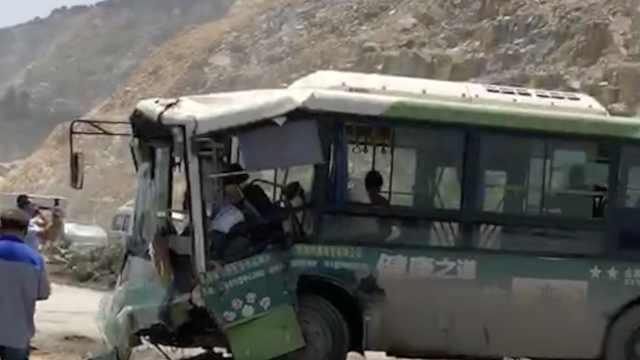 公交与货车相撞,伤者已送医救治