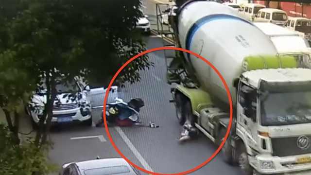 万幸!女子骑车遭货车碾压,头盔救命