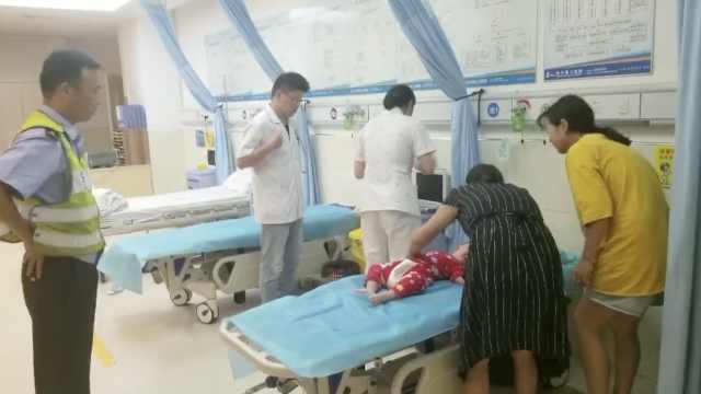 1岁幼儿高烧40度昏迷,民警紧急送医