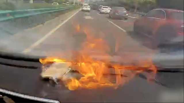 女子驾车途中,手机电池突然爆炸