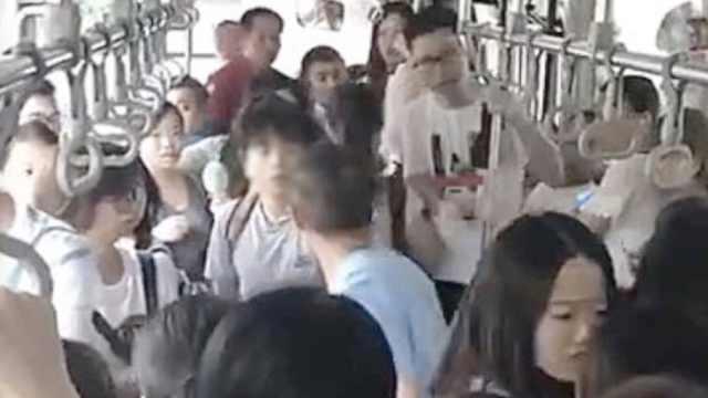 女孩乘公交遇色狼,上班族出手解围
