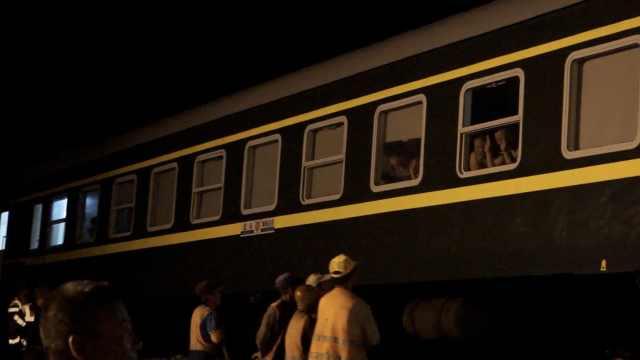 400职工连夜抢修铁路,旅客挥手致谢