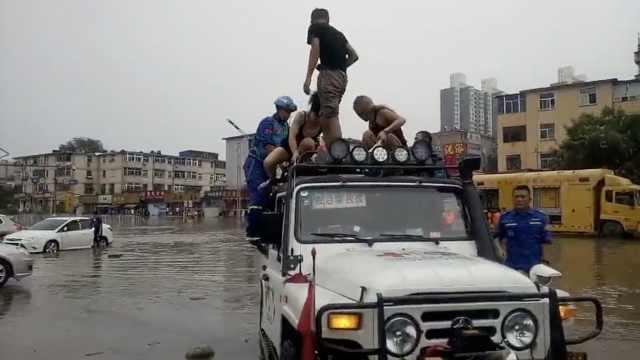 太原暴雨积水没腰,救援队救出150人