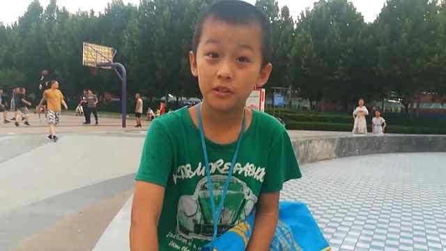 9岁男孩广场卖玩具:本钱还父母