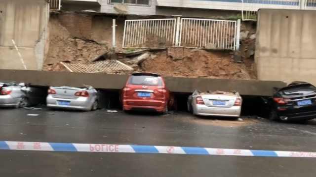 小区旁围墙倒塌砸中5车,快成废铁