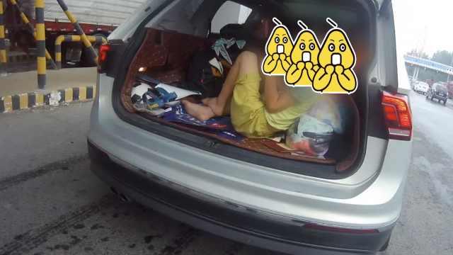 亲爹!出门游玩超载,把俩娃塞后备箱