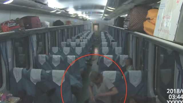 列车扒手监控下现形:专盯熟睡旅客
