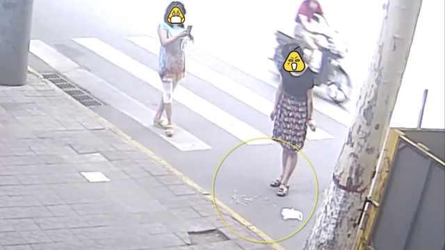 监控:2女子疑故意扔烟头