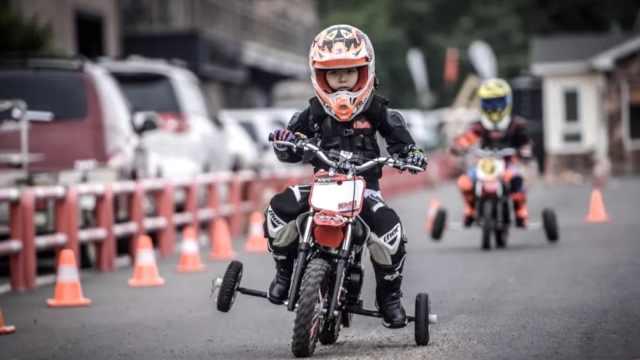 爸爸带女儿练摩托车:孩子更有胆量
