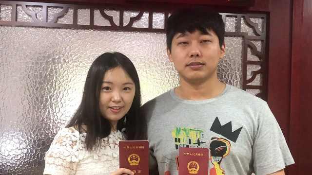 情侣七夕领证结婚:流着眼泪撒狗粮