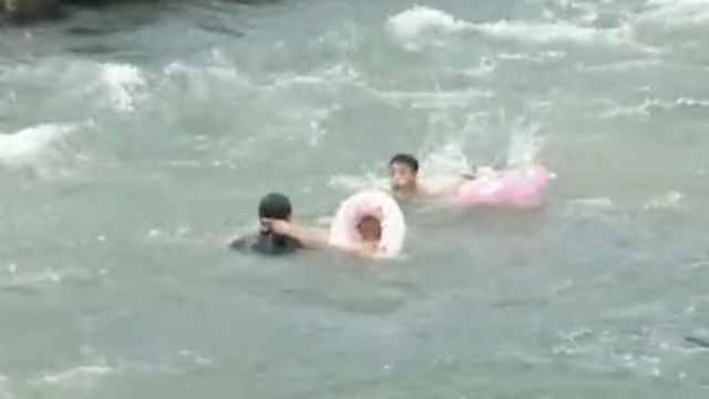 小伙落水挣扎,岸上人以为他在游泳