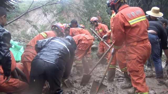 甘肃山体滑坡5人被埋,消防刨泥急救