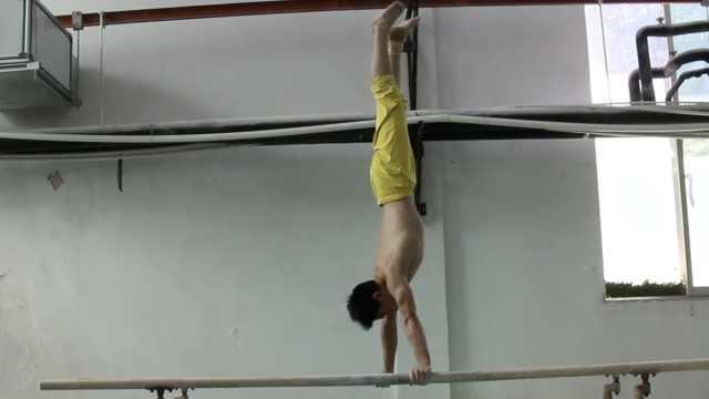 体操男孩忍脚伤备赛:盼拿金牌养家