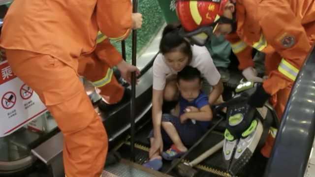 熊娃手扶电梯上逆行玩耍,脚被卡住