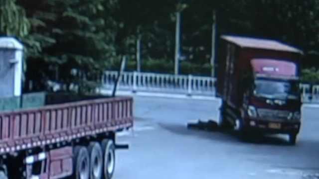 又见死亡盲区:右转货车碾压骑车人