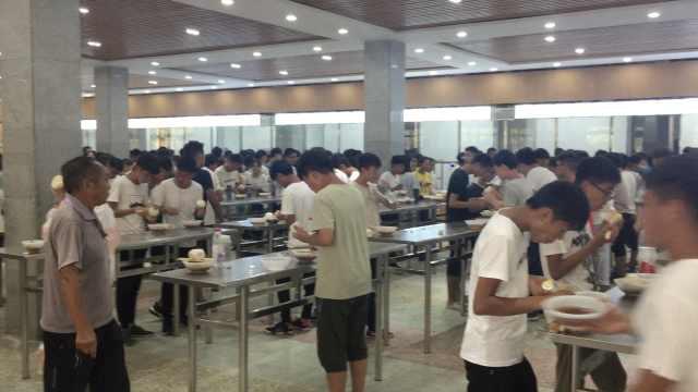 高中食堂不设板凳,学生全都站着吃