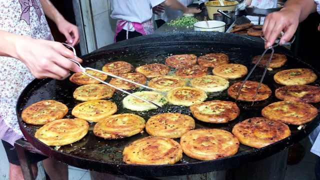 在上海卖葱油饼5元一个,日卖2千个