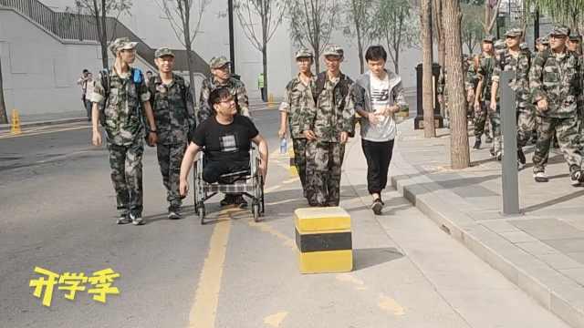 士兵突击精神!残疾新生坐轮椅拉练