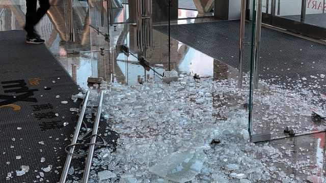 吓!商场门碎裂,玻璃飞溅划伤女童
