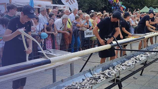 匈牙利狂欢节,现场制作13米长面包