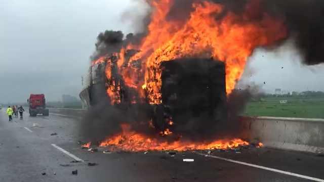 货车路上突然起火,满车快递烧成灰